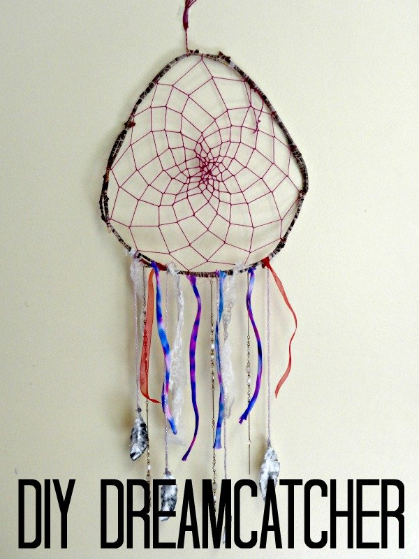 Step by step on how you can make this super easy #DIY dreamcatcher out of materials that you already own.